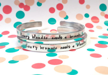 Set van 2 armbanden - Every blondie needs a brownie & Every brownie needs a blondie